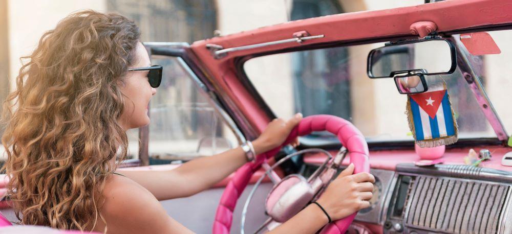 Žena v autě na Kubě