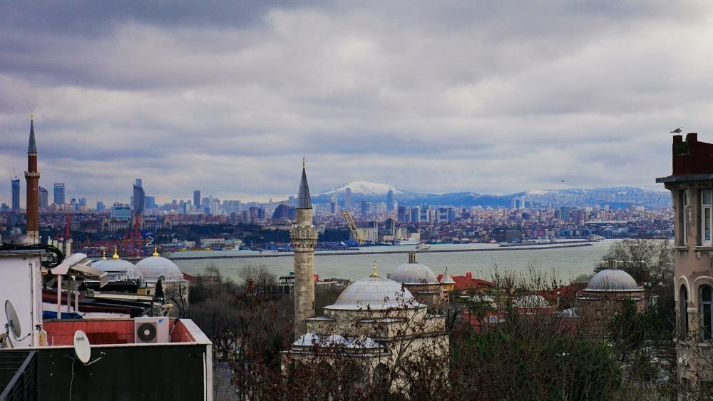 Pohled na Istanbul a hory za ním